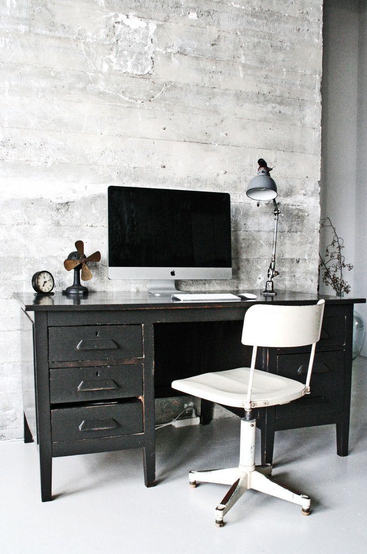 Письменный стол в лофт-квартире