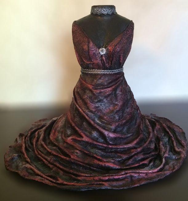 Sculpture en Powertex d'une robe aux tons rose foncé. Prix 70€