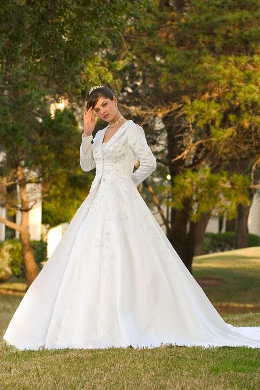 wedding bridal coat.. beautiful for a fall or winter wedding : )