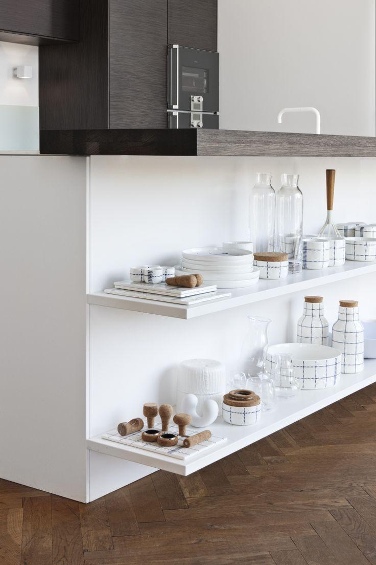 A linha de produtos Mormor, da Normann Copenhagen, marca presença nessa cozinha, que ainda conta com outros produtos da marca como a Motion Carafe e o saleiro e pimenteiro Dolly.