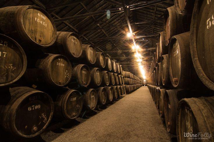 Wino Porto leżakujące w drewnianych beczkach.