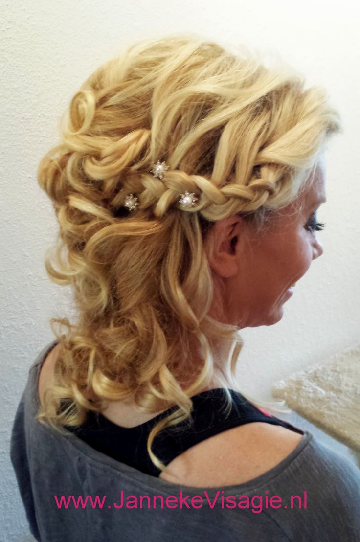 Bruidsstyling: Krullen, vlecht, romantisch, vintage, bohemian... Bruidsmake-up en bruidskapsel door Janneke Visagie. www.JannekeVisagie.nl