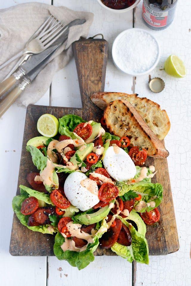 Une salade tomates, chorizo, œufs, poivrons, assaisonnement pimenté...