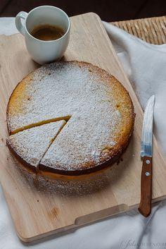 Torta di patate dell'Artusi. Ha una consistenza umida e delicata, quasi come una torta di ricotta, e una crosticina croccante e caramellata ai bordi.