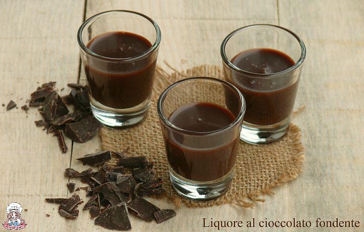 Prepararlo in casa è davvero semplice. Il liquore al cioccolato fondente è intenso e gustoso, perfetto da gustare con gli amici e ottimo come idea regalo.
