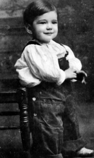 """This ever so cute little boy of 2 years old was an American actor and is widely regarded as an American cultural icon. In 1999, the American Film Institute ranked Bogart as the greatest male star in the history of American cinema. Born: December 25, 1899, New York City, NY Died: January 14, 1957, Los Angeles, CA Height: 5' 9"""" (1.74 m) Spouse: Lauren Bacall (m. 1945–1957), More Children: Stephen Humphrey , Leslie Howard  Best known in movie CasaBlanca  Do you recognize him? Humphrey  Bogart"""