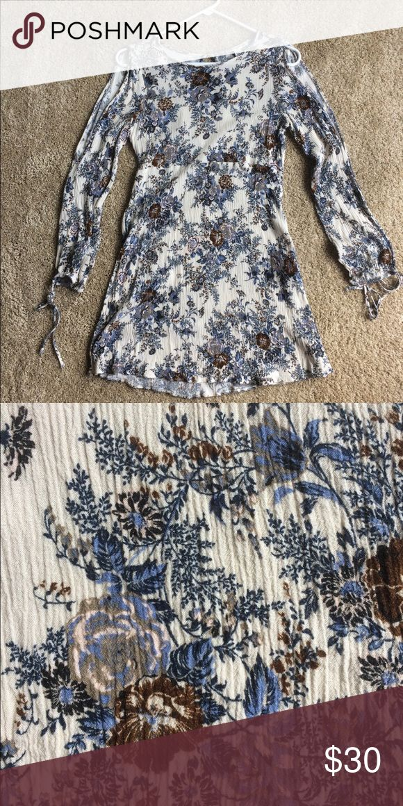 American Eagle Dress Lovely blue/neutral floral pattern, split sleeves, keyhole back, 100% viscose fabric. Very versatile between seasons. Skirt ends above the knee. Like new! Only worn twice! Fits more like an XS American Eagle Outfitters Dresses Long Sleeve