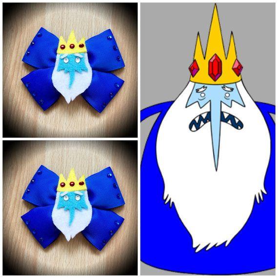 Aventura tiempo hielo rey personaje inspirado arco del pelo azul. Cinta del Grosgrain azul decorada con fieltro hielo rey central decorado con diamantes de imitación. Montada en una pinza. Puedo hacer arcos personalizados, házmelo saber si quieres algo específico. Precio es de arco único.