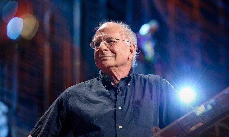"""Utilizando ejemplos que van desde unas vacaciones a colonoscopias, el premio Nobel y fundador de la economía conductual Daniel Kahneman revela cómo nuestro """"yo que tiene experiencias"""" y nuestro """"yo que recuerda"""" perciben la felicidad de manera diferente. Esta nueva revelación tiene profundas implicaciones para la economía, las políticas públicas... y nuestra propia conciencia de nosotros mismos."""