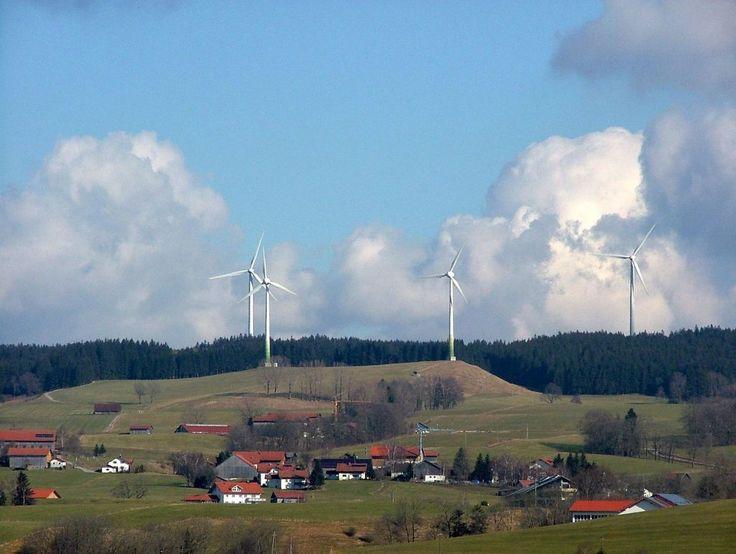 Imagine um lugar que gera tanta energia renovável que produz além das necessidades do bairro e até obtém lucro ao vender o excedente. Imaginou? Pois esse lugar existe e está na Alemanha. No últimos 18 anos, a vila Wildpoldsried (Bavária) investiu tanto em alternativas sustentáveis de energia que a re
