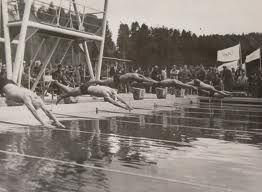 Helsingin Olympialaisissa vuonna 1952 uitiin kilpaa Ahveniston maauimalassa. Uinti on järjestetty olympialaisissa 25 kertaa eli kaikissa kesäolympialaisissa.