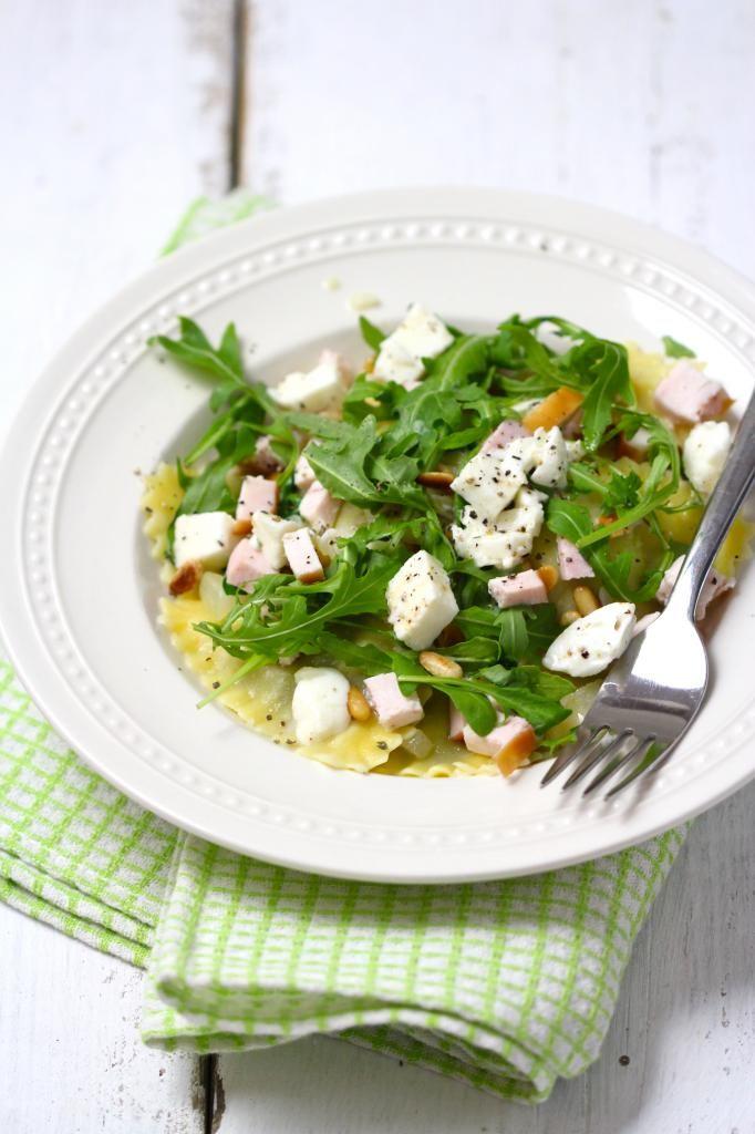 Simpele pasta met gerookte kip, mozzarella en rucola