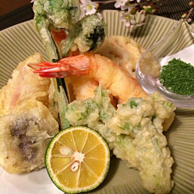 夫のリクエストで春野菜の天ぷらを作りました。 私は天ぷらが苦手で、天ぷらは外でいただく物と決めていました なので…数年ぶりに作りました すごーい達成感です(笑)  いただいた啓翁桜を添えてみました - 428件のもぐもぐ - 春野菜と海老の天ぷら by 里美