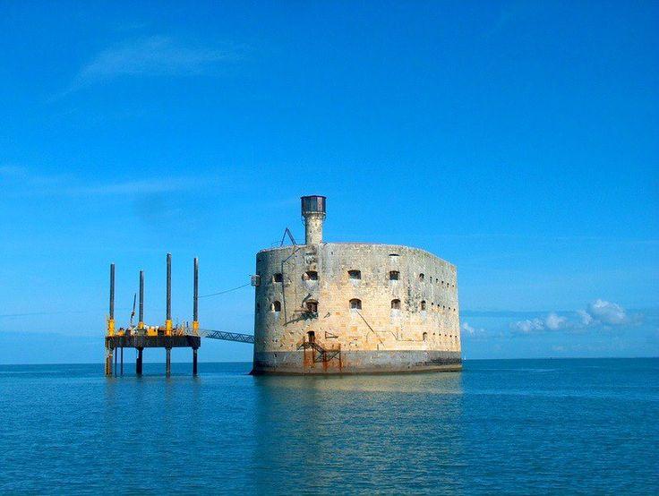 Situé entre l'île d'Aix et l'île d'Oléron, Fort Boyard a été conçu pour protéger la rade de l'île d'Aix. Il est aujourd'hui connu pour son émission. Vous aurez la possibilité de le visiter   Fort Boyard: Situado entre la isla de d'Aix e isla de Oléron, fue diseñado para proteger el puerto de la isla de Aix. ¡No dejes de visitarlo!