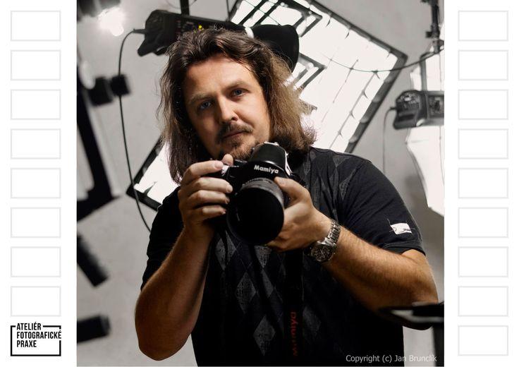 Dnes pro vás Romana Marie Jokelová vyzpovídala zapáleného reklamního fotografa Jana Brunclíka! http://afop.cz/blog/osobnost/desatero-pro-jana-brunclika-kdyz-nekam-jedu-nejaky-fotak-si-sebou-vzdycky-vezmu/ #osobnost #fotografovani #fotoaparát #workshop #fotografie #fotokurz #reklama #produkt