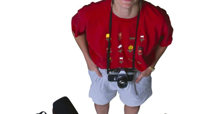 Cómo colocar una correa en una cámara. Una cámara es una gran oportunidad para capturar tus momentos favoritos. También es una inversión que debe protegerse utilizando una correa para cámaras. Sin este accesorio, la cámara puede caerse y dañarse fácilmente. Una correa para cuello te permitirá usar tus manos para otra cosas. En cámaras más pequeñas, una correa para muñeca te dará el ...