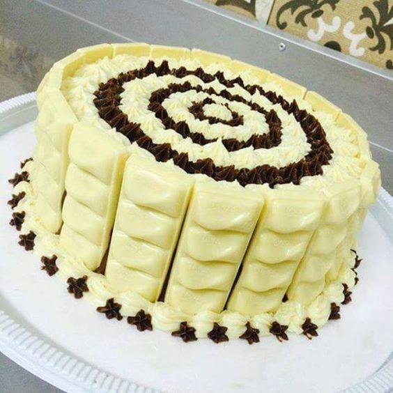Ingredientes para fazer o bolo molhadinho 1 e ½ (200 ml) copo de açúcar 4 ovos 1 Copo de iogurte natural 100 ml ou ½ copo de óleo 1 pitada de sal 2 copos (200 ml) de farinha de trigo 1 colher (sopa) de fermento em pó Modo de Preparo do bolo 1° Coloque o …