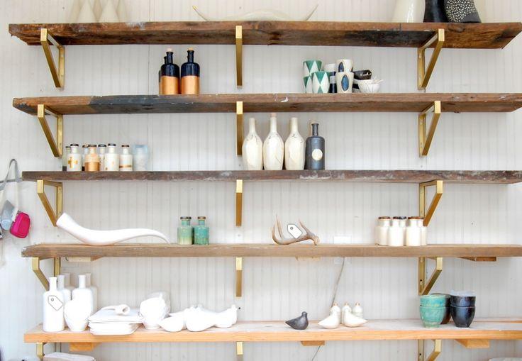 Pinterest: 10 DIY pour embellir ses meubles IKEA—Envie d'une bibliothèque au (très recherché) style «mid-century»? On se procure quelques planches en bois, qu'on pose sur des supports de tablettes EKBY LERBERG peints en doré et fixés au mur (2,50 $ chaque).
