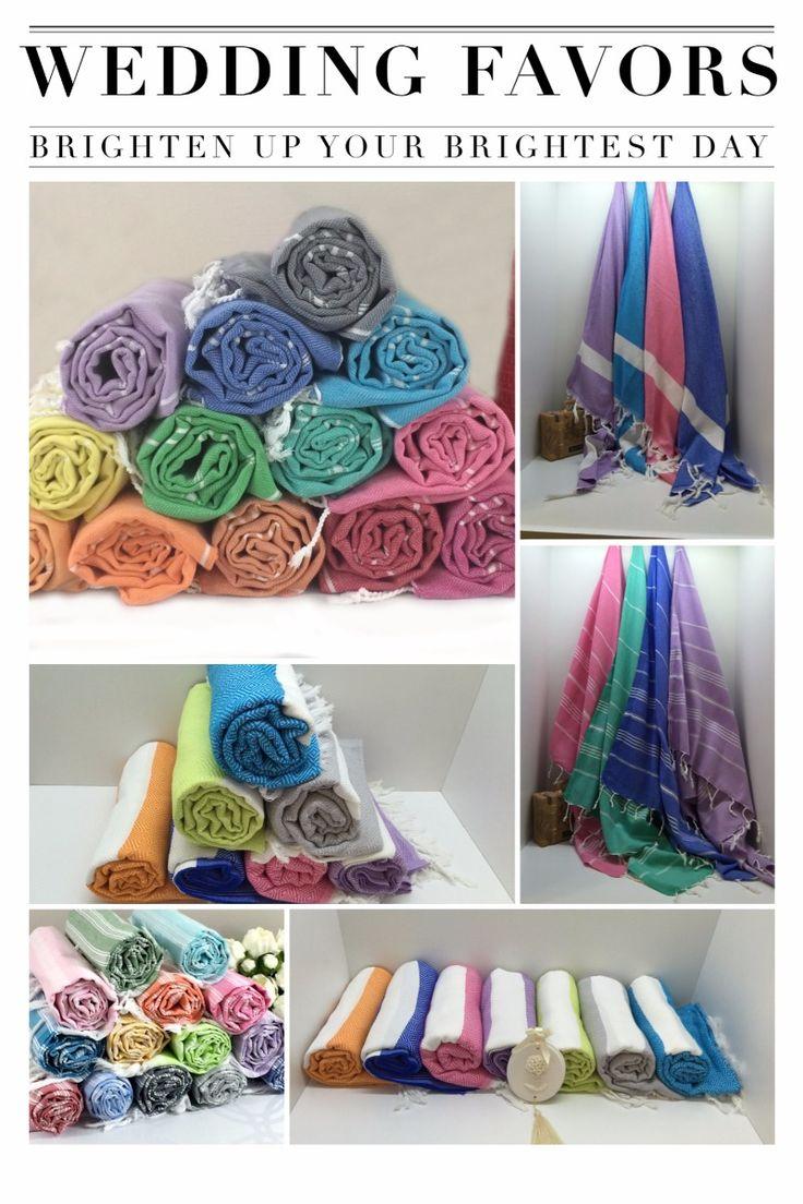 Lembrança ideal para casamentos que começam à tarde, no calor e terminam à noite, no frio: lenços/pashminas coloridas para aquecer as convidadas.