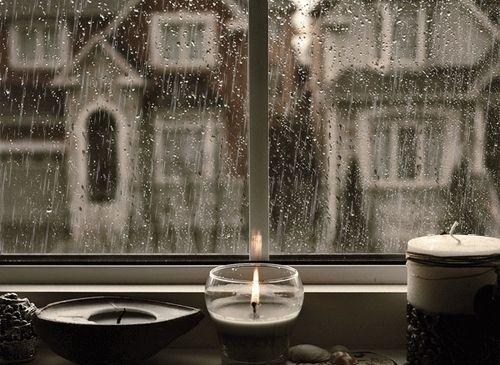 DEN REGEN VON SEINER SCHÖNSTEN SEITE SEHEN Wenn es regnet, ist es besonders schön in den eigenen vier Wänden. Man kann dem Regen vom Trockenen aus zusehen und sich dabei so richtig wohlfühlen. Schmücken Sie Ihre Fenstersimse mit Windlichtchen, Blumen und hübschen kleinen Dingen wie Steinen, Muscheln oder Weihnachtskugeln, am besten gleich alles zusammen. (Bild über: +65)