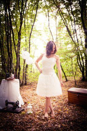 Robe de mariée courte, recouverte de dentelle, ceinture plissée, décolleté dos
