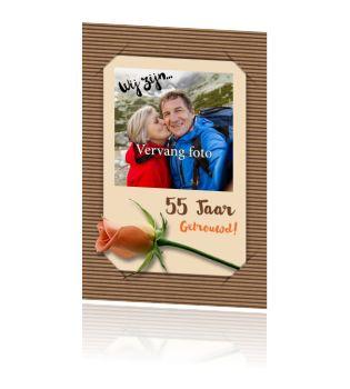 Huwelijkskaart 55 jaar uitnodiging roos op bruin karton