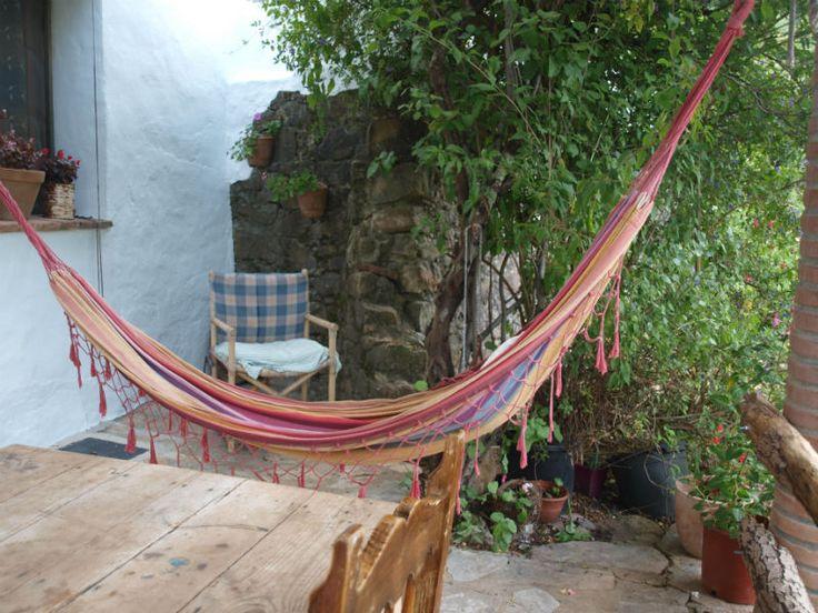 Terraza techada con hamaca en la casa rural Tai dentro del Parque Natural de los Alcornocales.