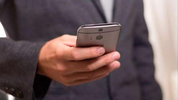 ¿Adictos al celu?: 60% de las personas duermen con el teléfono