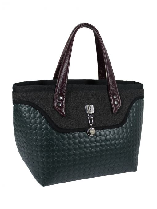 A large bag - suitcase with leather handles, made from a combination quilted material and felt. The center is adorned with quilted satin bag in black. The bag has a large zipped pocket and poket for mobile and additional clasp. After stretching of the bag becomes a trapeze, so you can wear it large formats. Very light. Each original handbag GOSHICO has a tab in the middle of our logo and website address. PRICE: 91.50 €…