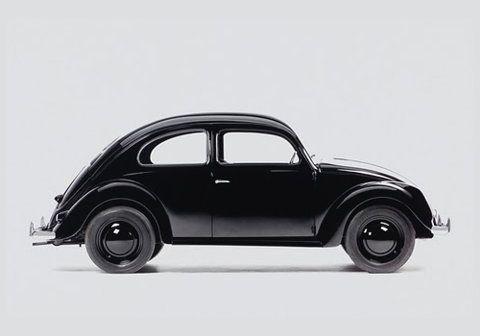 Dit is de grootvader van mijn allereerste autootje. Dit model had nog een platte voorruit, en het karakteristieke gebroken achterruitje, waardoor je nauwelijks wat zag. Ze waren steevast goed voor drie- tot vierhonderdduizend kilometer. Motorprobleem: vier schroeven nr 13 en hij stond naast de wagen. Spartaanse techniek, vooroorlogs design.