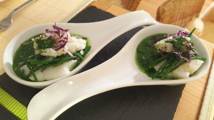 Heilbut mit algen und einer gruenen gurken-apfel-spinat source garniert mit violettem kohlrabi