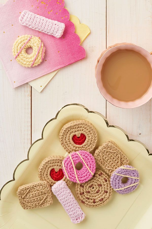 How to crochet a Pink Wafer biscuit and Choc Chip Cookie | www.molliemakes.com