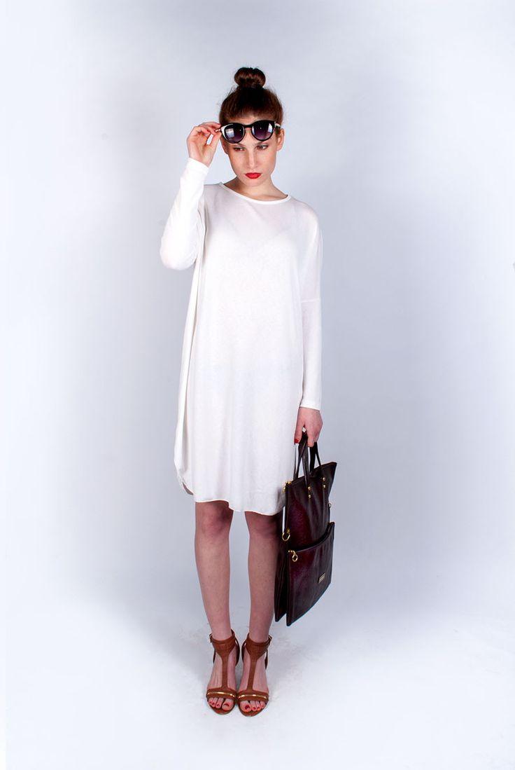 Fehér ruha 5200 Király utca és online: http://webshop.latomas.hu/Noiruha/Noiegyberuhak/Fruha2 Szemüveg 2900.- online: http://webshop.latomas.hu/Noikiegeszito/noinapszemuveg/Napszemuveg5 Táska 5900.- Dohány utca