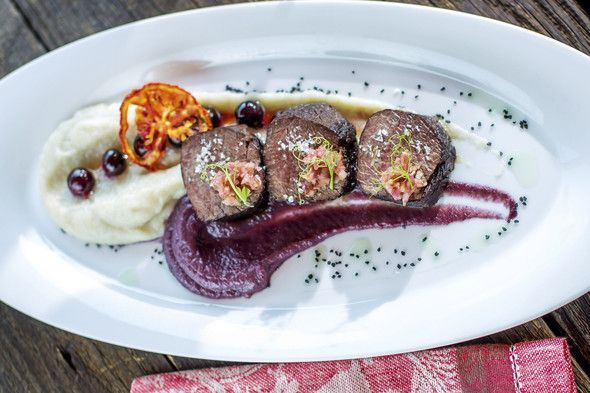 Gemenc-style roast venison with Jerusalem artichoke puree, with glazed grapes and red cabbage cream + Kovács Nimród, Grand Bleu 2011