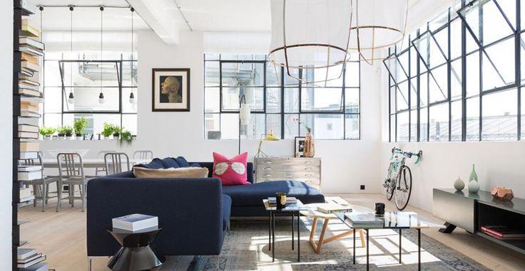 Loft Urban Chic. Gli architetti di Studio Cloud di Londra hanno mantenuto l'assetto delle finestre di tipo industriale della vecchia officina con l'esposizioni su due lati. Il divano Picasso di The Sofa&Chair Company disegna un'isola centrale che separa l'area lounge dalla sala da pranzo alle sue spalle.