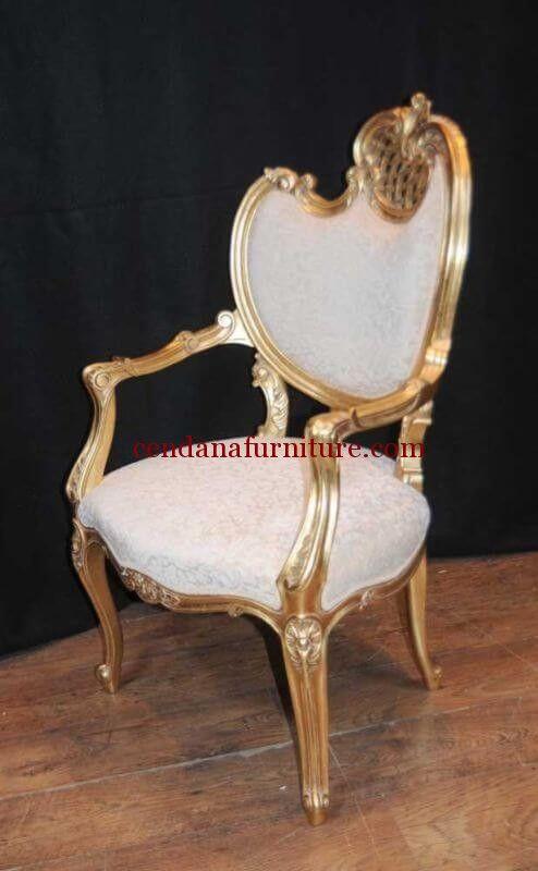 Kursi Single Rococo Emas terbuat dari kayu jati yang kami sempurnakan dengan finishing emas dengan kombinasi busa dan kain jok beludru putih yang cantik.