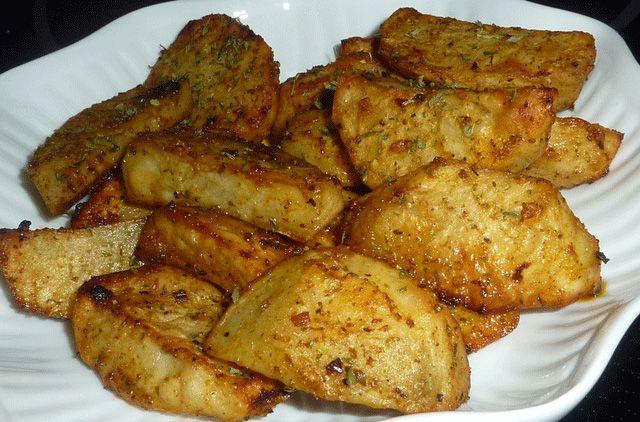 Dans un sac Ziploc ou un grand bol, mélanger tous les ingrédients sauf le persil et bien agiter afin de bien enrober les pommes de terre...