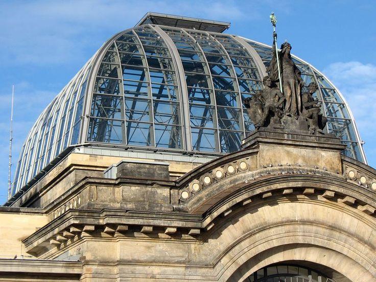 Dresden Hauptbahnhof, die neue Kuppel über dem Haupteingang, davor die alte…