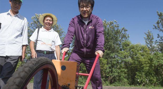 Jackie Chan en route pour battre le pire ennemi de la planète: la faim. Jackie Chan, star internationale de kung-fu et célèbre acteur de Hollywood, rejoint la FAO dans le combat contre la faim. Lors d'un récent séjour en Éthiopie, il a rencontré des bénéficiaires du projet Acheter aux Africains pour l'Afrique et d'un programme de coopération Sud-Sud.