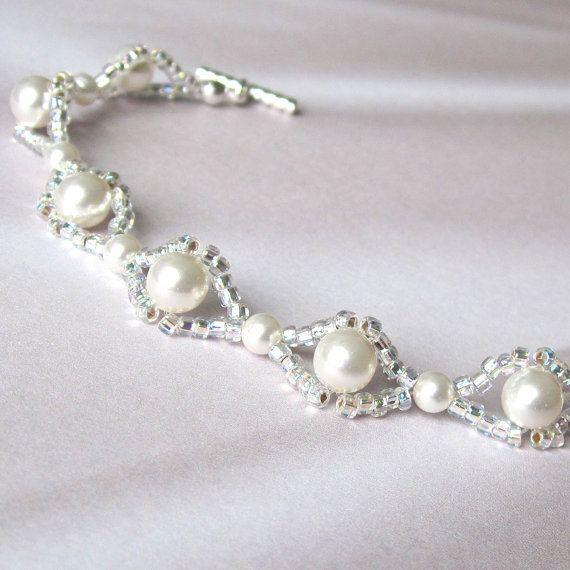Artículos similares a Tejido blanco nupcial pulsera Swarovski perlas plata semillas de bolas en Etsy