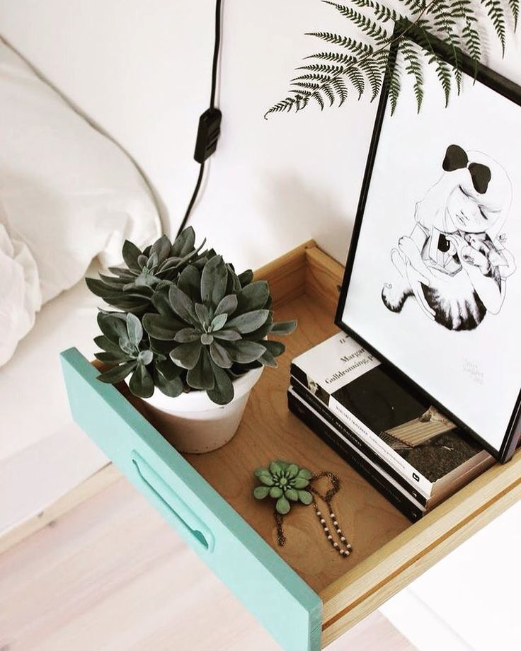 Mesa de cabeceira feita com uma gaveta reaproveitada!  #casasemparedes #interiordesign #arquitetura #homedecor #hometips #diy #upcycled #green #facavocemesmo #urban #art #wood #geometricdecor #norwegian #nordic #gaveta #mesa #criado #industrialdecor #design #furniture by casasemparedes