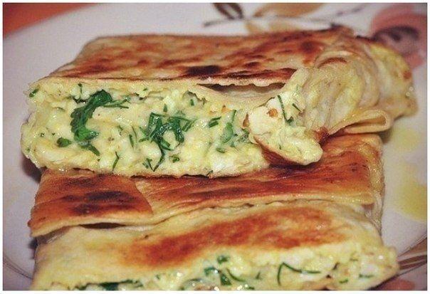 Пирог из лаваша с сыром и зеленью  *198 ккал на 100 г*  ✔Сыр твердый 250 г ✔Кефир 1 стакан ✔Лаваш армянский 2 штуки ✔Яйцо 2 штуки ✔Укроп 1 пучок ✔Петрушка 1 пучок