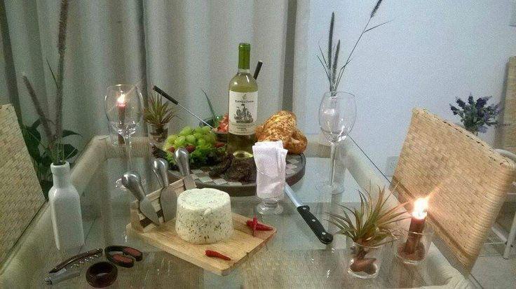 Mesa de frios com queijo, uva, morangos,  tomates, pão bengala francesa,  figos desidratados,  vinho branco chileno. #amomesabonita #meseiraassumida #muitoamor