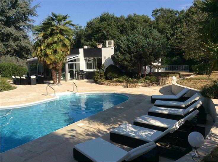 Très jolie maison d'architecte à vendre chez Capifrance à Larcay.     220 m², 8 pièces dont 4 chambres et un terrain de 7254 m².    Plus d'infos > Jo Bessereau, conseillère immobilière Capifrance.