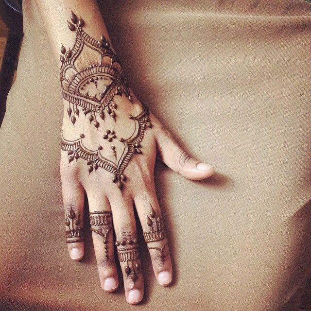 """EID henna for @wrongmariamboo :) 'tis always a pleasure doing henna for her!  Inspired by @veronicalilu  #henna #hennapro #torontoartist #toronto…"""