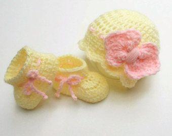 Новорожденная девочка домой наряд/детские шапка и пинетки комплект/готово к отправке/желтый/розовый /бант шапочка/девочка наряд/забрать домой шляпы/вязать крючком