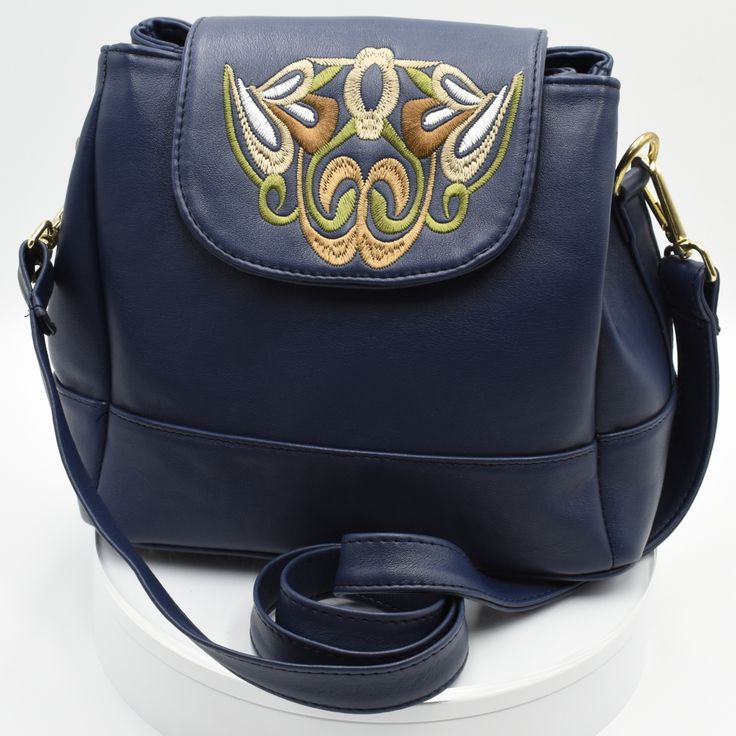 Bolsa tipo flap en piel con bordado  #Bolsa #tipo #flap #piel #bordado #color #azul #finelookingstore   Flap Handbag made with Cowhide with Embroidery #Flap #Handbag  #Cowhide #Embroidery #Finelookingstore