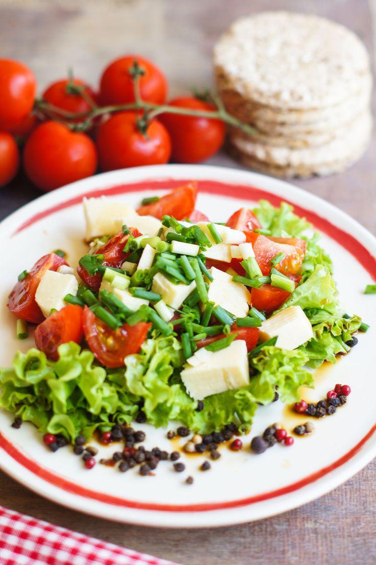 Skoro wiosna, to i... nowalijki :) Przygotuj pyszną sałatkę z dodatkiem sera żółego - przepis znajdziesz na www.msm-monki.pl (zakładka przepisy)   Śmiało graj w kolory! ;)