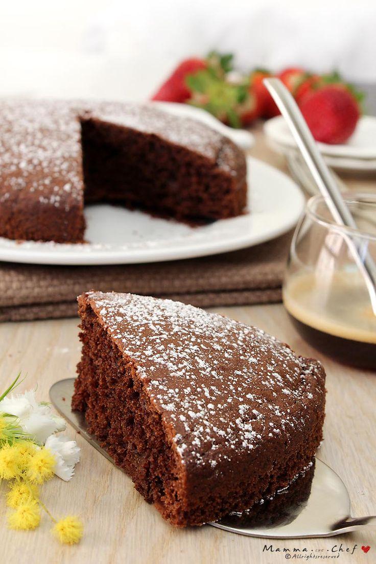 La torta light al cioccolato è un pan di spagna al cacao senza burro e uova. Soffice e veloce da preparare, è la base ideale per le torte di compleanno dei bambini.
