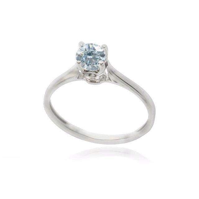 Μονόπετρο δαχτυλίδι σε λευκόχρυσο Κ.14 με γαλάζια πέτρα τοπάζ Swarovski και λευκές μικρότερες πετρούλες στο λαιμό του.